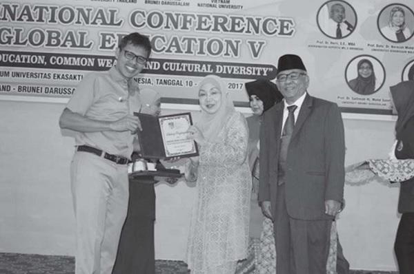 Perwakilan dari University Kebangsaan Malaysia Prof Dr Norazah Mohd Nordin menyerahkan plakat kepada Gubernur Sumbar