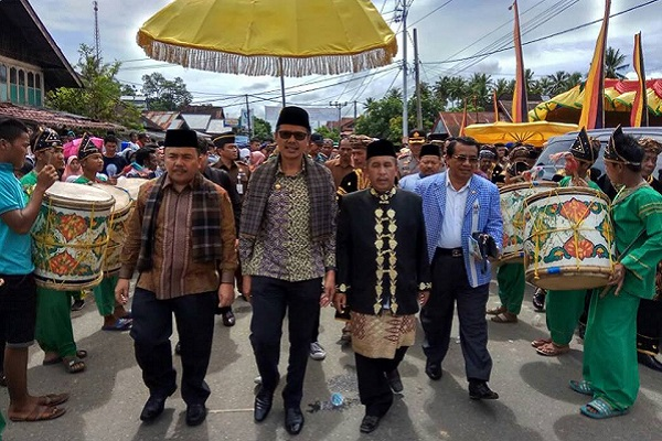 Gubernur saat Palewaan Pucuak Adat Nagari Airbangis