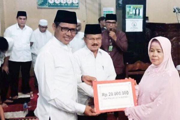 Menyerahkan Dana Bantuan pembangunan Mesjid