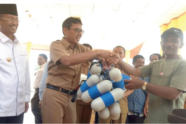 Gubernur Sumbar, Irwan Prayitno didampingi Bupati Solok, Gusmal, Kepala DKP, Yosmeri, memberikan bantuan jaring langli pada nelayan di Kabupaten Solok.