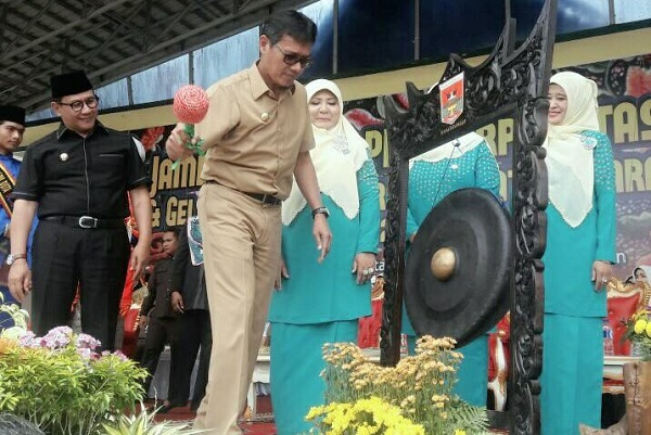 Gubernur Irwan Prayitno didampingi Wako Ramlan Nurmatias dan Ketua DPRD; Benni Yusrial memukul gong menandai pembukaan jambore kader PKK berprestasi Sumbar 2017 di Lapangan Wirabraja, Bukittinggi, Selasa (18/7).