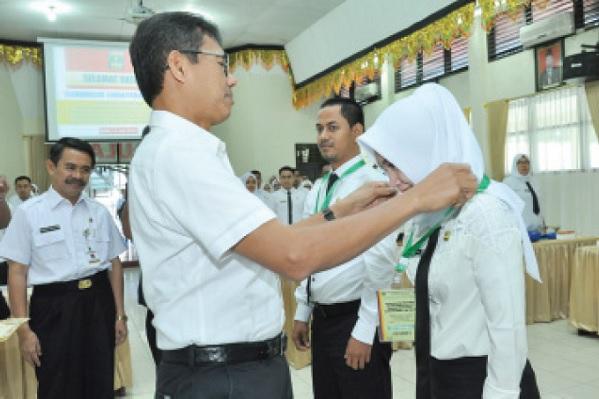 Gubernur memasangkan kartu peserta tanda dimulainya pelatihan dasar Kemenristek