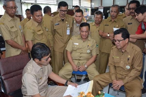 Gubernur Irwan Prayitno saat inspeksi mendadak awal kerja di lingkungan Pemprov Sumbar, Senin (3/7)